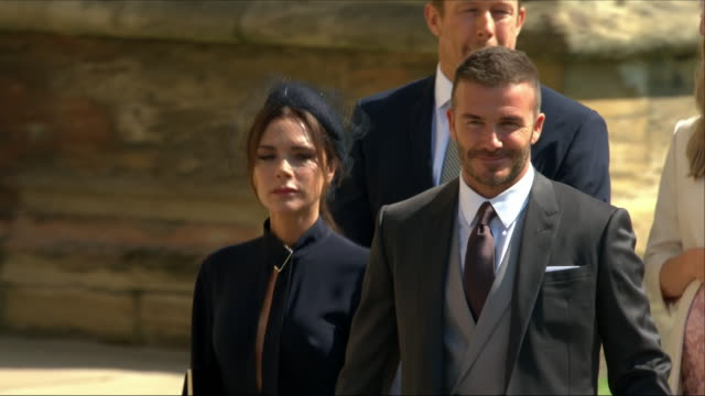vídeos de stock e filmes b-roll de shows exterior shots david beckham and victoria beckham arriving at st george's chapel for the wedding of prince harry, duke of sussex, and meghan... - realeza
