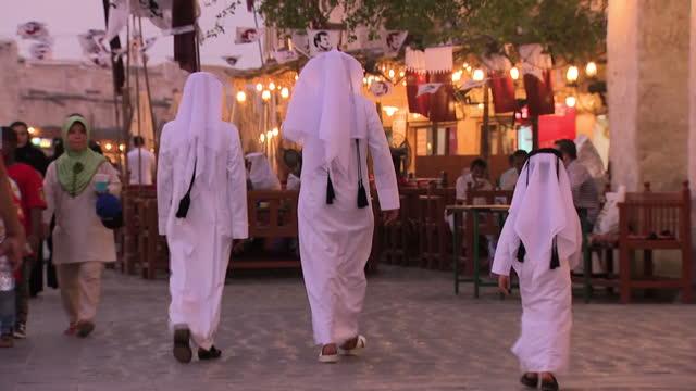 vídeos de stock, filmes e b-roll de shows exterior shots deserted qatar border crossing. exterior shots driving through doha streets and qatari men in traditional robes walking and... - países do golfo