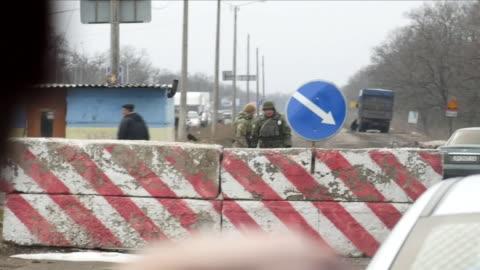 vídeos de stock, filmes e b-roll de shows exterior shots driving through border region between eastern and western ukraine, including driving through a ukrainian army checkpoint.... - ucrânia