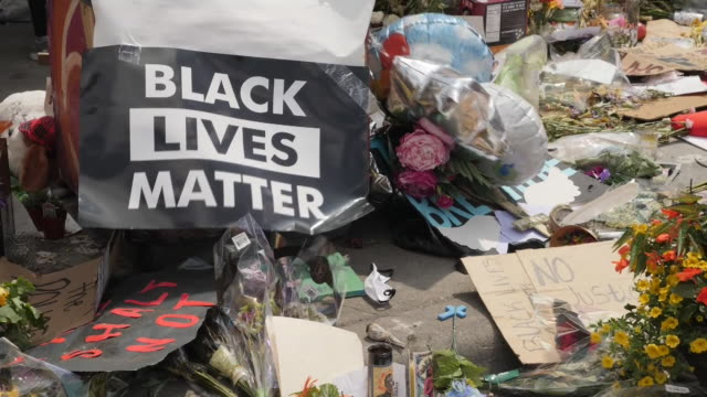 vidéos et rushes de shows exterior shots flowers messages balloons and candles left in tribute to george floyd an unarmed black man killed by police in minneapolis the... - mémorial