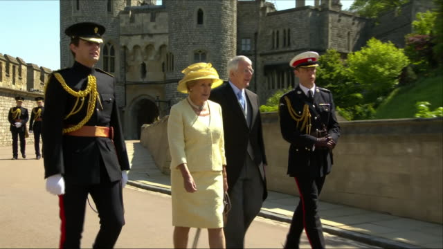 shows exterior shots former british prime minister john major and wife norma arriving at st george's chapel for the wedding of prince harry duke of... - ジョン メイジャー点の映像素材/bロール