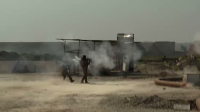 shows exterior shots iraqi forces soldiers firing shoulder mounted mortar and guns towards isis fighters near mosul airport iraqi forces have a... - 迫撃砲点の映像素材/bロール