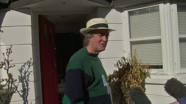 vídeos de stock e filmes b-roll de shows exterior shots james may tv presenter standing on his doorstep answering reporters questions about the end of his participation in top gear,... - richard hammond