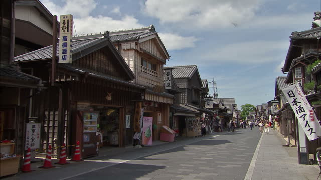 shows exterior shots japanese street scenes with tourists and locals walking down street traditional japanese shops signs lanterns and statues on may... - g7サミット点の映像素材/bロール