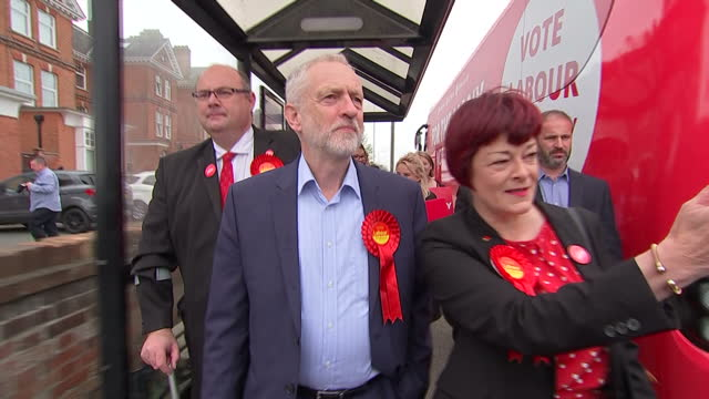 shows exterior shots labour leader jeremy corbyn walking along pavement with two local labour candidates in lowestoft. jeremy corbyn has taken... - ローストフト点の映像素材/bロール