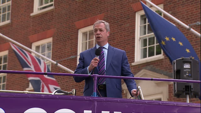 vídeos y material grabado en eventos de stock de shows exterior shots leader of ukip nigel farage waving from open top deck of ukip's eu referendum battle bus and making speech on ukip tour of uk... - saludar con la mano