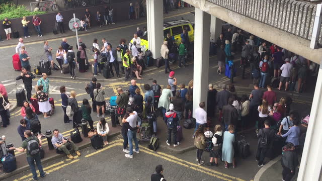 vídeos y material grabado en eventos de stock de shows exterior shots looking down on crowds of passengers and luggage and staff directing people where to go outside manchester airport following a... - evacuación