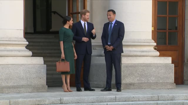 vídeos de stock, filmes e b-roll de shows exterior shots meghan duchess of sussex and prince harry, duke of sussex chatting to irish prime minister leo varadkar before leaving the áras... - primeiro ministro