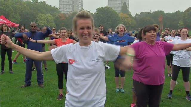shows exterior shots members of crowd practising dance movements as darcey bussell shouts them out during training event in park national fitness day... - darcey bussell bildbanksvideor och videomaterial från bakom kulisserna