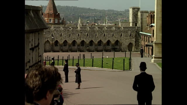 vidéos et rushes de shows exterior shots members of the public waiting inside windsor castle to see royals leave after attending the easter service in st george's chapel... - monarchie anglaise