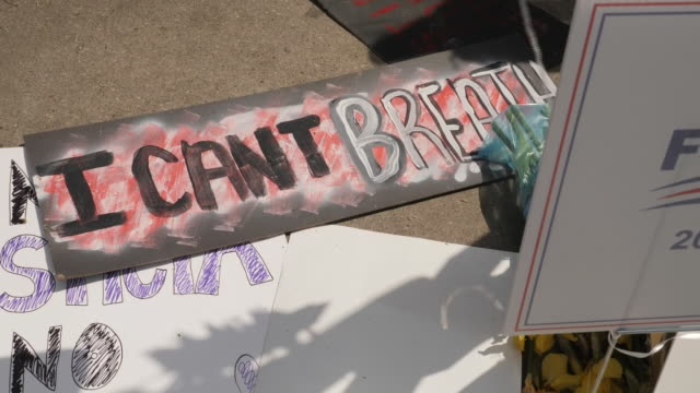 shows exterior shots message reading 'i can't breathe' amongst tributes left to george floyd, an unarmed black man killed by police in minneapolis.... - minnesmärke bildbanksvideor och videomaterial från bakom kulisserna