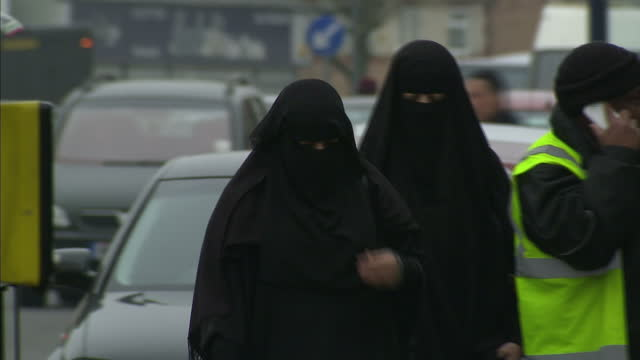 vídeos de stock, filmes e b-roll de shows exterior shots muslim women wearing the full face veil in various parts of the uk interview with ukip leader paul nuttall speaking on proposing... - véu