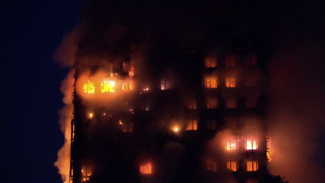 vidéos et rushes de shows exterior shots night shots fires burning across upper floors of grenfell tower block in west london a huge fire tore through a 24 storey tower... - brasier