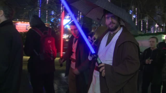 shows exterior shots people queuing waiting in the rain outside the cineworld cinema to see the midnight screening of star wars the rise of skywalker... - proiezione evento pubblicitario video stock e b–roll