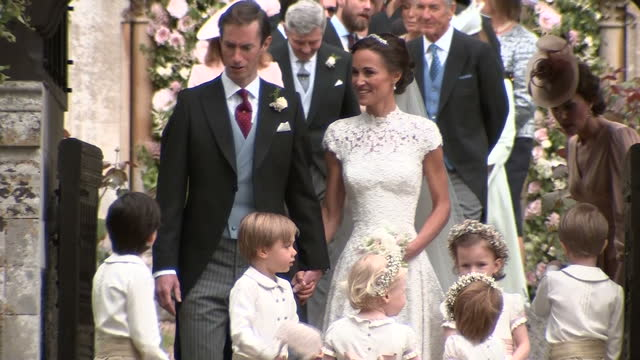 vídeos de stock, filmes e b-roll de shows exterior shots pippa middleton and her new husband james matthews standing at the church gate after their wedding with group of flower girls... - reading berkshire