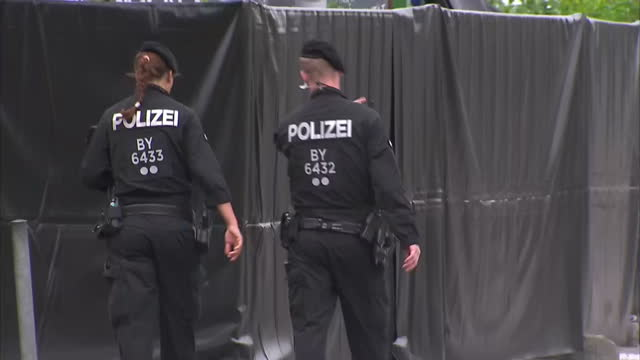 shows exterior shots police officers standing outside the scene of crime where gunman killed 9 people with black sheets covering crime scene. police... - terrorismus stock-videos und b-roll-filmmaterial