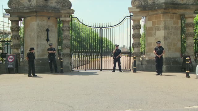 vídeos y material grabado en eventos de stock de shows exterior shots police offices and security arrangements at blenheim palace ahead of us president donald trump's visit us president donald trump... - palacio de blenheim