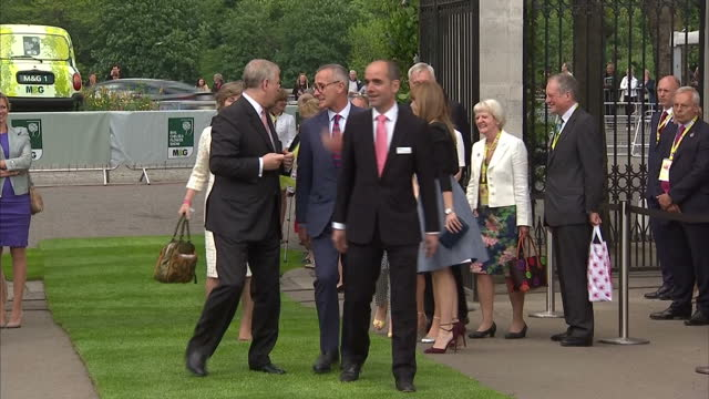 vídeos de stock e filmes b-roll de shows exterior shots prince andrew duke of york princess eugenie princess beatrice arriving and being welcomed by officials at chelsea flower show at... - princesa