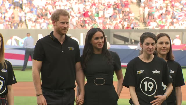 shows exterior shots prince harry, duke of sussex, and meghan, duchess of sussex, posing for pictures on the pitch with invictus games competitors... - ニューヨーク・ヤンキース点の映像素材/bロール