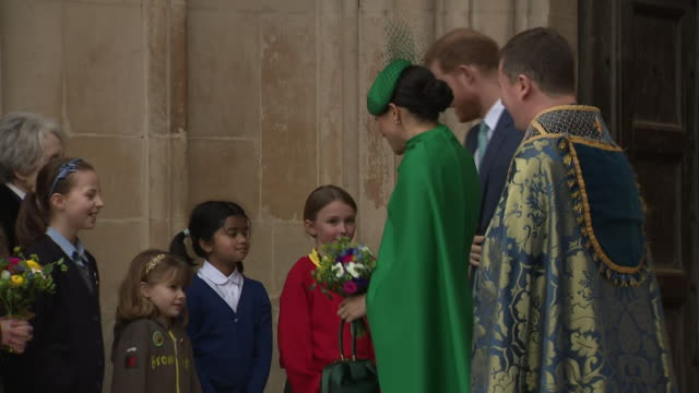 stockvideo's en b-roll-footage met shows exterior shots prince harry duke of sussex and meghan duchess of sussex leaving westminster abbey following the commonwealth day service on 9th... - britse rijk
