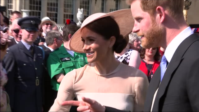 vidéos et rushes de shows exterior shots prince harry duke of sussex and meghan duchess of sussex talking to guests at an official buckingham palace summer garden party... - garden party