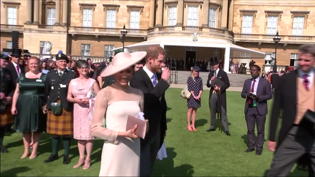 shows exterior shots prince harry duke of sussex and meghan duchess of sussex returning to the palace after greeting guests at an official buckingham... - prinz königliche persönlichkeit stock-videos und b-roll-filmmaterial