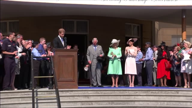 shows exterior shots prince harry duke of sussex speaking on tribute tohis father and leading applause at an official buckingham palace summer garden... - トリビュート・イベント点の映像素材/bロール