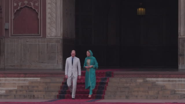 shows exterior shots prince william duke of cambridge and catherine duchess of cambridge visiting badshahi mosque within the walled city in lahore.... - britisches königshaus stock-videos und b-roll-filmmaterial
