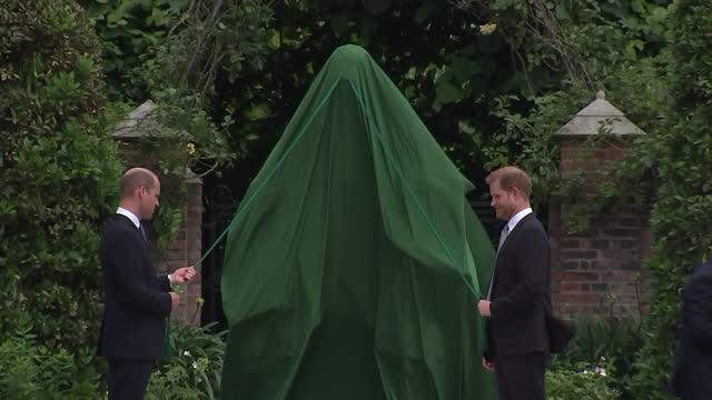 vídeos de stock, filmes e b-roll de shows exterior shots prince william, duke of cambridge and prince harry, duke of sussex, attending ceremony unveiling new statue of princess diana in... - estátua