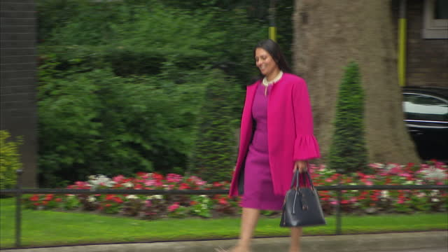 shows exterior shots priti patel international development secretary walking to 10 downing street theresa may's new cabinet is meeting for the first... - priti patel stock-videos und b-roll-filmmaterial