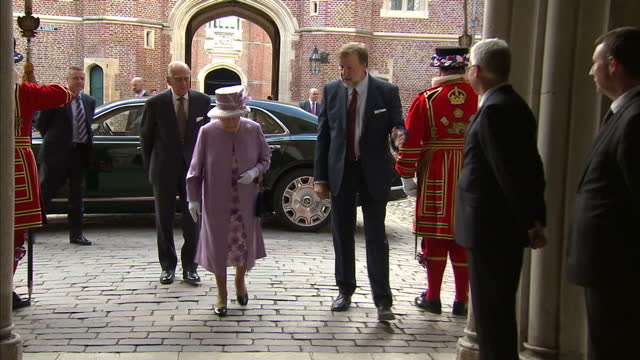 vídeos de stock, filmes e b-roll de shows exterior shots queen elizabeth ii and prince philip duke of edinburgh arriving at hampton court palace and shaking hands with waiting officials... - 2017