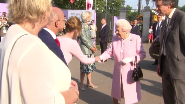 vídeos de stock, filmes e b-roll de shows exterior shots queen elizabeth ii arriving at chelsea flower show and shaking hands with waiting officials on 21st may 2018 in london england... - 2018