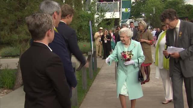 vídeos y material grabado en eventos de stock de shows exterior shots queen elizabeth ii viewing gardens at chelsea flower show on may 23 2016 in london england - reina persona de la realeza