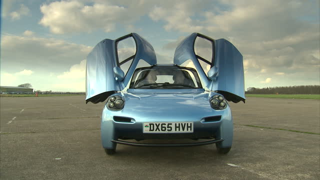 vídeos de stock, filmes e b-roll de shows exterior shots rasa hydrogen fuel cell car being driven round airfield test track exterior shots nissan leaf electric car and toyota mirai... - hidrogênio