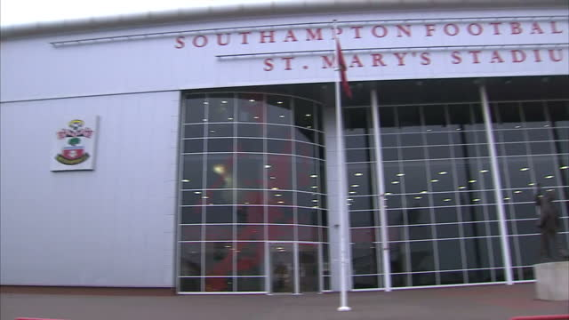 stockvideo's en b-roll-footage met shows exterior shots southampton football club st mary's stadium with statue of edric thornton ted bates outside on december 06 2016 in southampton... - southampton engeland