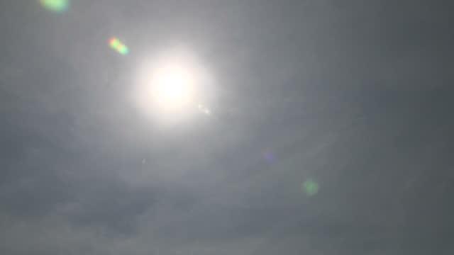 vídeos de stock, filmes e b-roll de shows exterior shots sun shining brightly in sky on hottest day of the year so far on 21st june 2017 in london england - onda de calor fenômeno natural