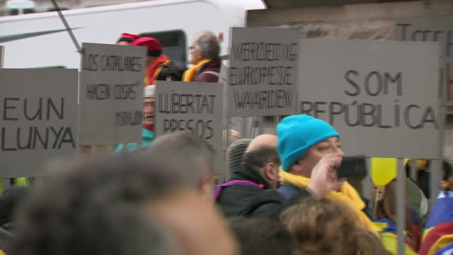 stockvideo's en b-roll-footage met shows exterior shots supporters of catalonian independence marching through brussels carryiong cataln flags and signs calling for independence up to... - politics and government