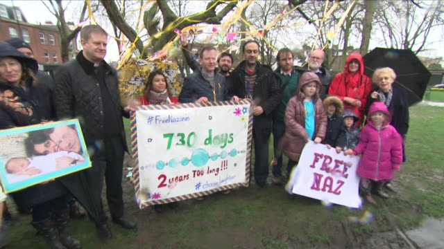 shows exterior shots supporters of nazanin zaghariratcliffe gathering in park to protest her imprisonment shouting 'free nazanin' holding posters and... - richard ratcliffe video stock e b–roll