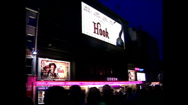 vídeos de stock e filmes b-roll de shows exterior shots the royal premiere of the film 'hook' with crowds waiting for celebrities to arrive actors dressed as pirates outside the... - robin williams ator