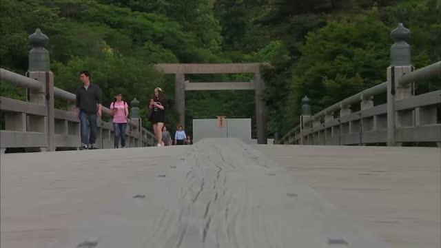 shows exterior shots tourists and locals walking across the uji bridge in iseshima japan on may 26 2016 in shima japan - g7サミット点の映像素材/bロール