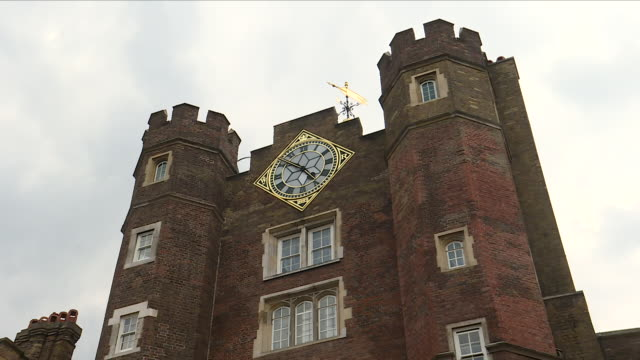 vídeos de stock e filmes b-roll de shows exterior shots tudor tower gatehouse of st james' palace and weather vane on roof on 9th july 2018 in london england united kingdom - tudor
