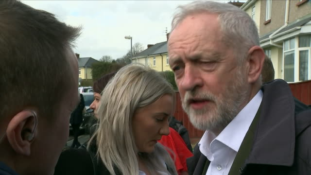 shows exterior shots uk labour party leader jeremy corbyn mp with shadow education secretary angela rayner mp on visits to swindon interview with... - 労働党点の映像素材/bロール