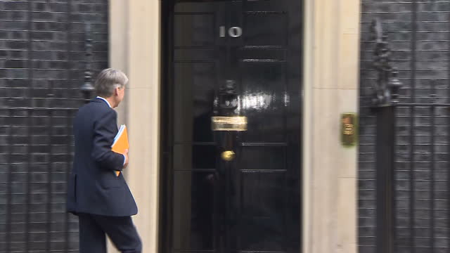 shows exterior shots uk's foreign secretary philip hammond arriving at no 10 downing street with reporters shouting questions britain will vote on... - downing street stock-videos und b-roll-filmmaterial