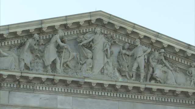 vidéos et rushes de shows exterior shots united states capitol building exteriors windows and sculpture in the pediment on february 01 2017 in washington dc - fronton