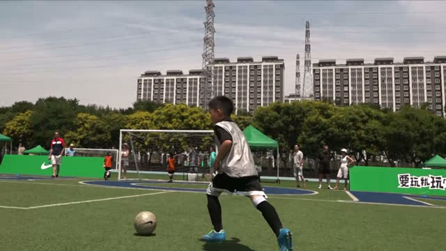 shows exterior shots young footballers running onto and off pitch and playing games at grassroots level football exterior shots children getting... - sportplatz stock-videos und b-roll-filmmaterial