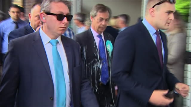vidéos et rushes de shows immediate aftermath of nigel farage leader of the newly formed brexit party following member of the public throwing milkshake at him nigel... - milk shake
