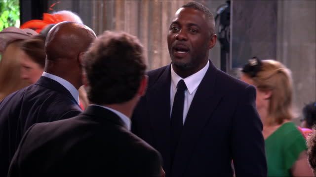 vídeos de stock, filmes e b-roll de shows inerior shots actor idris elba chatting to other guests in st george's chapel at the wedding of prince harry duke of sussex and meghan markle... - hóspede