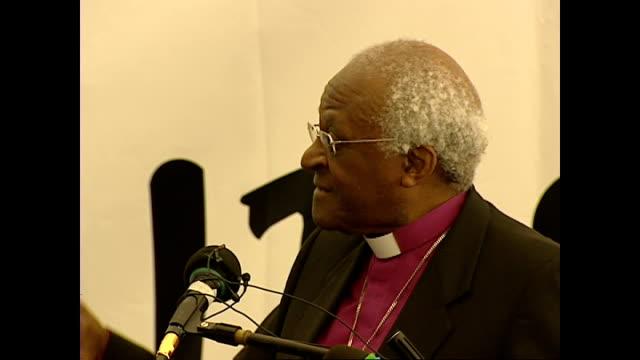 vídeos de stock, filmes e b-roll de shows interior shots archbishop desmond tutu giving speech soundbite on perception of south africa to rest of world joke about race riots in... - desmond tutu