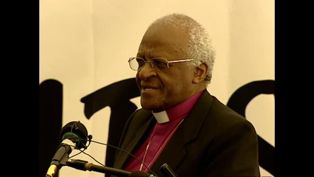vídeos de stock, filmes e b-roll de shows interior shots archbishop desmond tutu giving speech soundbite on paying tribute to former president of zambia kenneth kaunda and zambia's help... - desmond tutu