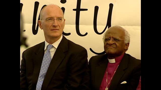 vídeos de stock, filmes e b-roll de shows interior shots archbishop desmond tutu sitting next to judge edwin cameron and clapping as speaker finishes at aids event on april 10 2004 in... - desmond tutu
